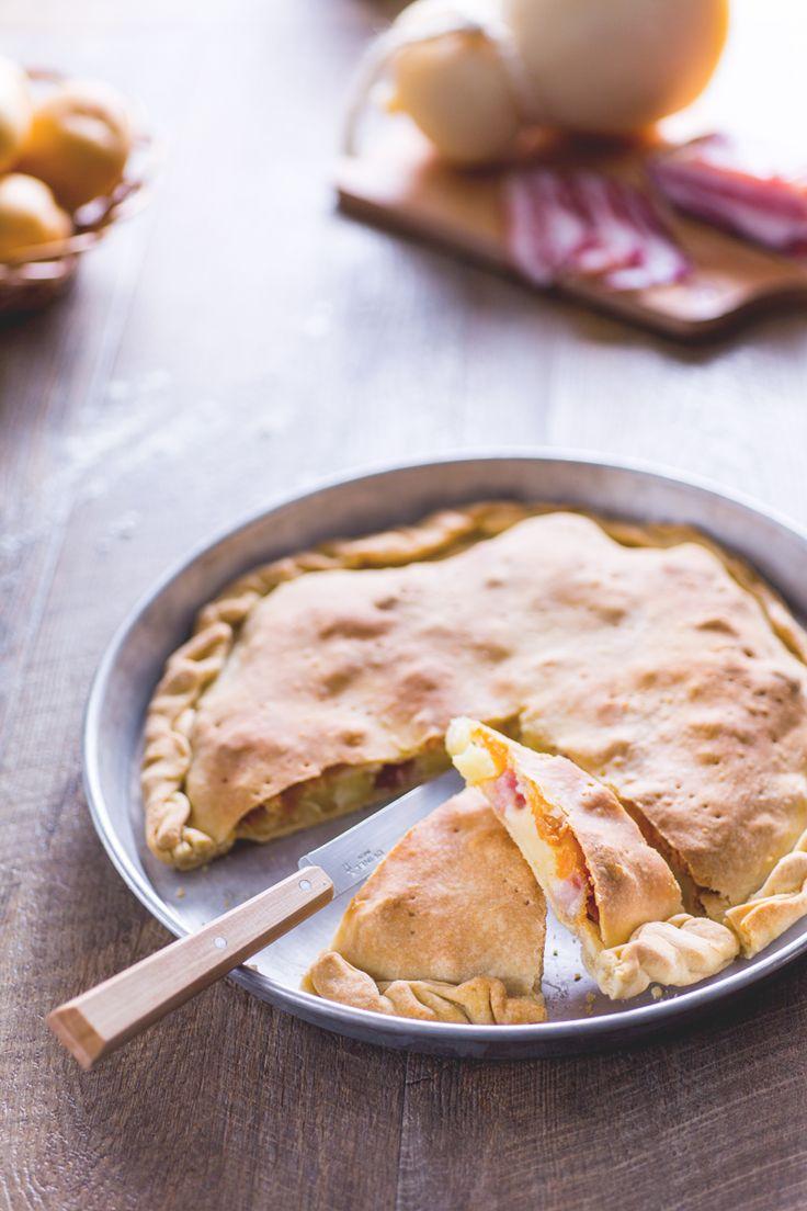 Volete realizzare una #focaccia senza #lievito? Ecco la nostra versione, una #torta salata fragrante e con un ricco ripieno! #Giallozafferano #recipe #ricetta #quiche #yeast