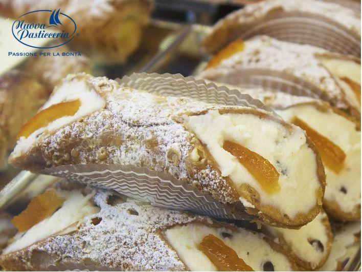 Cialda ripiena di crema di ricotta di pecora. I nostri #cannoli siciliani! Scoprite di più!