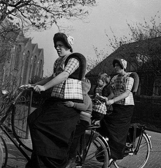 Spakenburg 1952 | photo by  Cas Oorthuys #Utrecht #Spakenburg