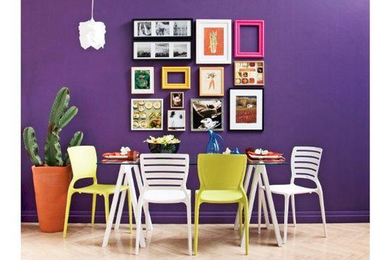 mesa de jardim jumbo : mesa de jardim jumbo:sala de jantar com cadeiras coloridas mesa cavalete na sala de