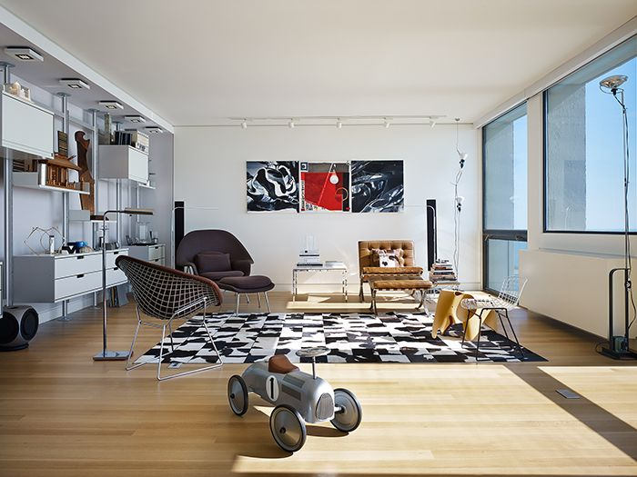 Eric Keune's renovated 1970s penthouse in Chicago, Illinois | Product: Harry Bertoia's Diamond and Side Chair, Eero Saarinen Womb Chair, Ludwig Mies van der Rohe's Barcelona Chair | PC: Steve Hall, courtesy of Hedrich Blessing | Knoll Inspiration