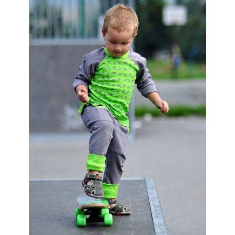 Spodnie z ciepłej, szarej dresówki z zielonym ściągaczem. Posiadają fantazyjne, głębokie kieszenie urozmaicone zieloną nitką.  Dresówka z certyfikatem GOTS: 95% bawełna organiczna, 5% elastan.