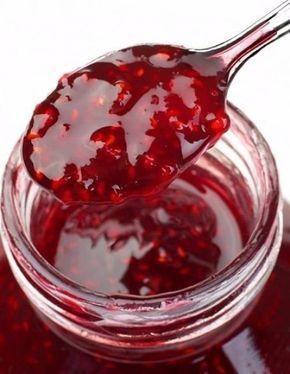 Желеподобное малиновое варенье. Принцип заготовки ягод остается тот же - они должны быть чистые и здоровые. Но есть один маленький секрет: в это варенье нужно собирать не только вызревшие ягоды, но и ...