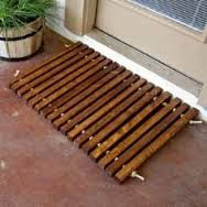Nuestras plataforma madera felpudos son visualmente atractivos, hechos a mano, de larga duración. Estas esteras se ven incluso mejores ya que el tiempo y desvanecen un poco.  Se hacen por encargo de la madera reciclada, reciclado de palets. Utilizamos madera de palet de HT 100% que es natural, seguro y limpio para arriba.  Cada trozo de madera exhibe características únicas que parte del carácter y aspecto rústico. Madera de palet de HT no deforme lo que es una excelente opción para proyectos…