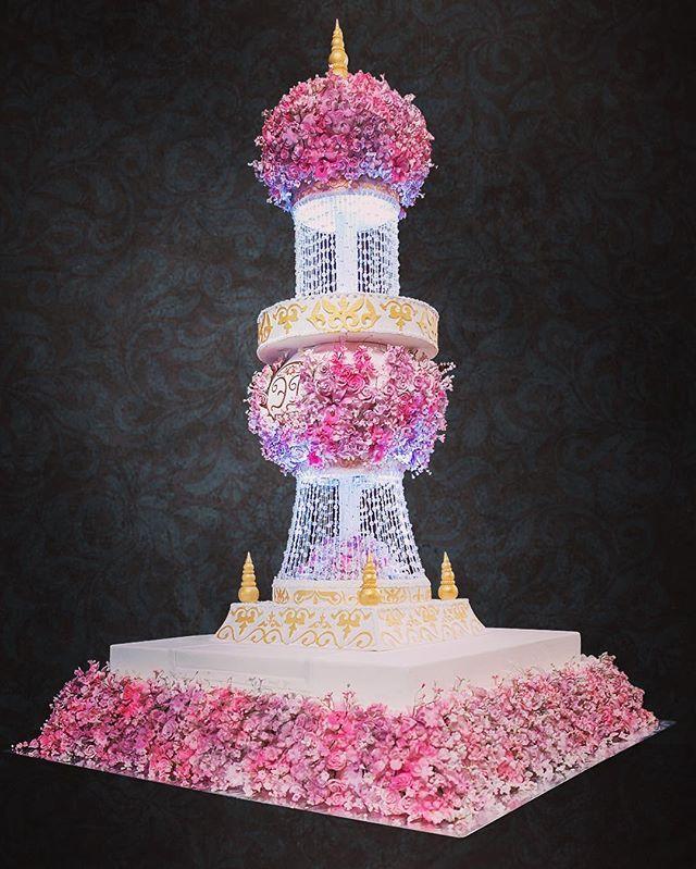 Эксклюзивный дизайн торта на свадьбу #торт#тортик#цум#шоколад#wedding#weddingcake#chocolate#большиеторты#тортынасвадьбу#тортынапраздник#тортыназаказмосква#тортнаденьрождение#cake#cakes#cakeart#cakedecor#artcake#dubai#barviha#барвихаluxuryvillage#abudhabi#tsum#weddings#weddingday#эксклюзивныеторты#банкетныйзал#свадьба#luxurywedding#weddingplanner#decorwedding
