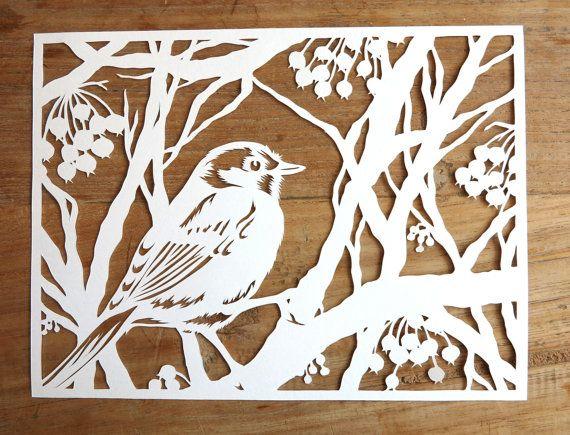 Joli petit oiseau chaud dans son petit manteau de plume, bénéficie dassis dans son arbre dhiver rempli de berry. Celui dune œuvre dart unique mettra un sourire sur votre visage, même dans les jours dhiver greyest.  NOUVEAU : Cette conception est maintenant disponible comme un découpé au laser de haute qualité aussi bien ! Check it out ici : http://etsy.me/1RznVyz   Jaime la nature ; oiseaux, arbres... Je commence mon papercut en regardant dans plusieurs livres et mélange plusie...