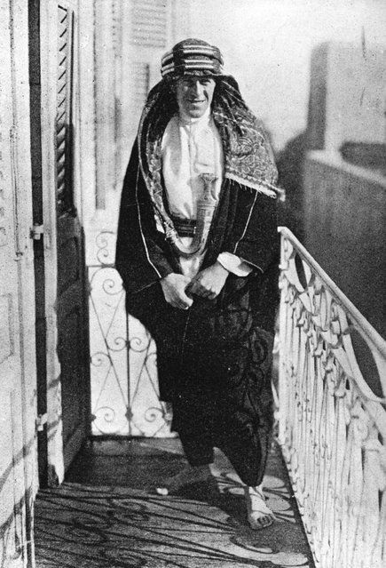 """British soldier, adventurer and author Thomas Edward Lawrence (1888–1935) the """"Uncrowned King Of The Arabs"""" on the Governors Balcony in Jerusalem, 1920. He joined the Arab revolt against the Ottoman Empire during World War I. (Photo by Hulton Archive)"""