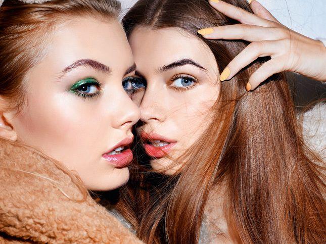 Попали в цвет: три варианта макияжа с яркими помадами, тенями и подводками | Glamour.ru