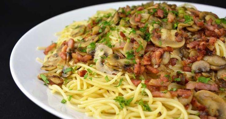 Desde el blog COCINA FAMILIAR CON JAVIER ROMERO nos apuntan una receta más de espaguetis para incluir en nuestro recetario. En este caso, con champiñones al ajillo y bacon.