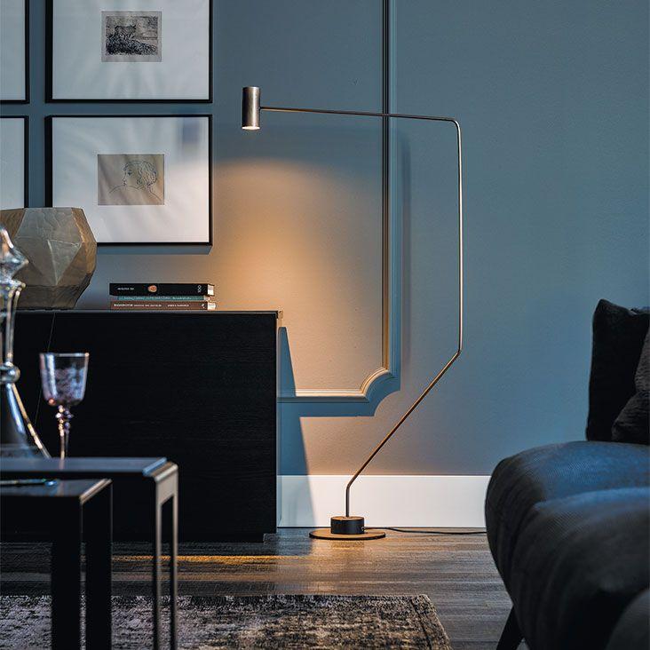 Lampada thor CATTELAN. Lampada da terra con struttura in acciaio verniciato bronzo satinato e base in acciaio verniciato nero opaco.