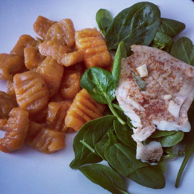 #gnocchi  de #batatadoce + pescada + espinafres  A receita do gnocchi esta na blog. www.raparigamoderna.wordpress.com  Sweet potato gnocchi  Nhoque batata doce