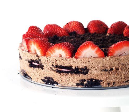 Μια υπέροχη, δροσερή και ανάλαφρη τούρτα ψυγείου με μπισκότα όρεο και φράουλες, χωρίς ψήσιμο. Μια πολύ εύκολη, για αρχάριους, και γρήγορη στη παρασκευή της