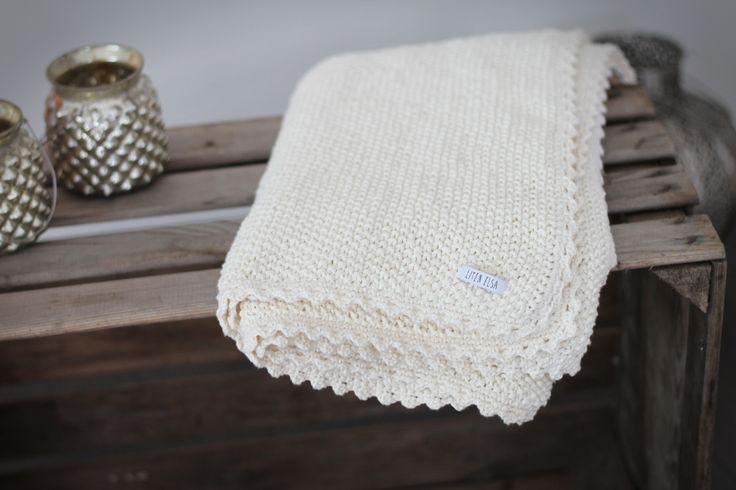 Ursöt stickad filt med virkade kanter. Mer info på bloggen: litenelsa.blogg.se #filt #babyfilt #äppellåda #äpplelåda #inredning #inredningsdetaljer #stickat #stickad #virkad #virkat #litenelsa