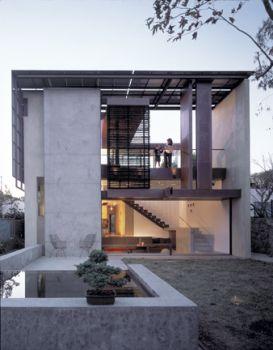 Concreto celular ecológico + tijolos solo-cimento com restos de construção + telhados ecológicos + iluminação natural planejada e ventilação ampla e cruzada