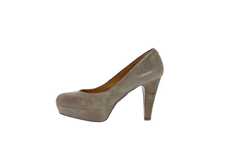"""Lækker sort pumps fra Billi Bi! Stilen er enkelt og elegant - og blandet sammen med det lækre snakemotiv har man en opsigtsvækkende pumps! Skoen er af det lækreste bløde skind, som smyger sig rundt om foden og samme med læder indersålen tilpasser det sig hurtigt fodens unikke pasform! Tilmed har det omsluttende læder en kølende effekt, så man slipper for overophedede fødder! Denne pumps er den perfekte """"gå-i-byen"""" / """"dag-på-kontoret"""" pumps og dens"""