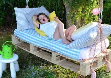 Pallet-bed in de tuin - Inspiratie voor je babykamer en kinderkamer - LieveKeet