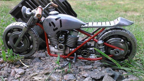 Ich freue mich auf eine Reihe von handgefertigten Motorrad Skulpturen/Modelle von meinem Freund, Biker und Meister-Hand Volodymyr Mikhailov einzuführen. Jedes Fahrrad ist einzigartig und exklusiv. Größe ca. 18-24 cm (7,5-10 Zoll.) Alle Modelle bestehen aus diversen Metallteilen (Kugellager,