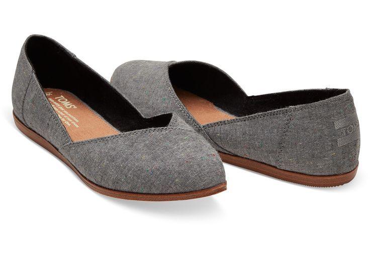 Der Jutti ist ein spitzer flacher Schuh aus schwarzem gesprenkeltem Chambray, de…