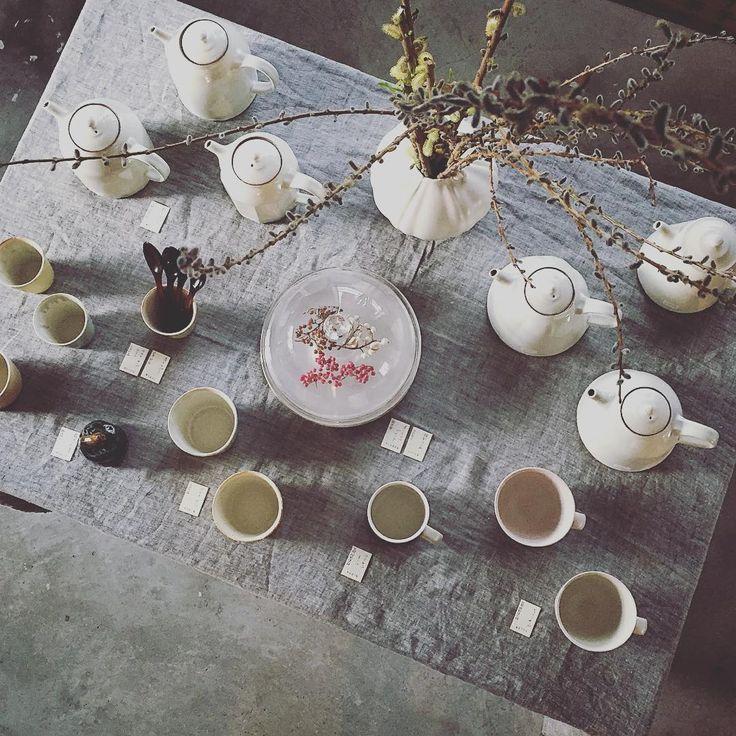店の真ん中にある大テーブルに、淡い色のポットやカップを並べてみました。春のティータイムという感じ。 #神楽坂暮らす #庄司千晶 #阿部慎太朗 #桑原哲夫 #鈴木努 #pottery #ceramics #earthenware #teapot #cup #mug #kagurazakakurasu