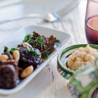 Rindfleischtajine mit Mandeln, Dörrpflaumen und Couscous