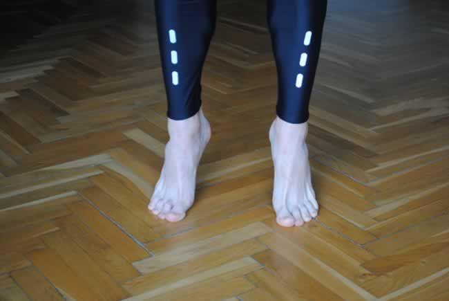 Ćwiczenie wzmacniające i rozciągające mięśnie stóp | TreningBiegacza.pl