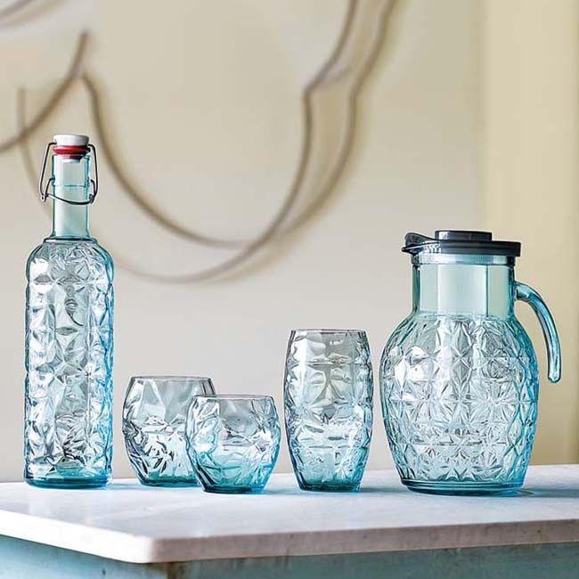 Η σειρά Prezioso σε χρώμα γαλάζιο, από τον Ιταλικό Οίκο Luigi Bormioli, για σας σε μία προνομιακή τιμή. Πρωτότυπος σχεδιασμός, ανθεκτικό και άνετο στο κράτημα. Όλα πλένονται στο πλυντήριο πιάτων. Το σετ αποτελείται από: 6 ποτήρια για νερό ή χυμό 6 ποτήρια για ουίσκι ή ποτό 6 ποτήρια για κρασί 1 φιάλη με πώμα 1 κανάτα με καπάκι