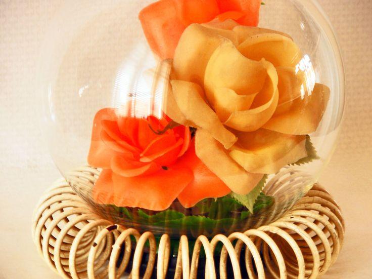 Vintage RockandRoll jaren 50 glazen bloemenbol rozen bol op spiraalvoet plastic bloemen in transparante bal door TresbeLLL op Etsy