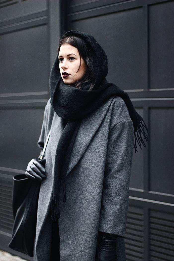 Elisa vom Fashion- und Lifestyleblog www.schwarzersamt … trägt einen grauen Wollmantel von H & M mit schwarzer Marlene-Hose mit weitem Bein vom …
