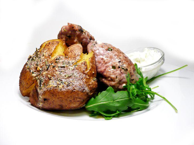 Řecké bifteky plněné balkánským sýrem s pečenou bramborou a tradičními tzatziki. http://www.ukastanu.cz/jarov/novinky #ukastanujarov