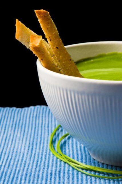 Brokuły dzielimy na różyczki, łodyżki kroimy w plasterki. Obieramy ziemniaki. Drobno siekamy szczypiorek. Kostki bulionowe rozpuszczamy w 1 litrze wrzącej wody, dorzucamy ziemniaki. Po 10 minutach dodajemy brokuły. Gotujemy na małym ogniu 10-15 minut. Zupę miksujemy, podgrzewamy. Do śmietany dodajemy łyżkę zupy, mieszamy, wlewamy do zupy. Dodajemy sól, pieprz, migdały i ser. Mieszamy. Przelewamy do wazy, posypujemy szczypiorkiem.