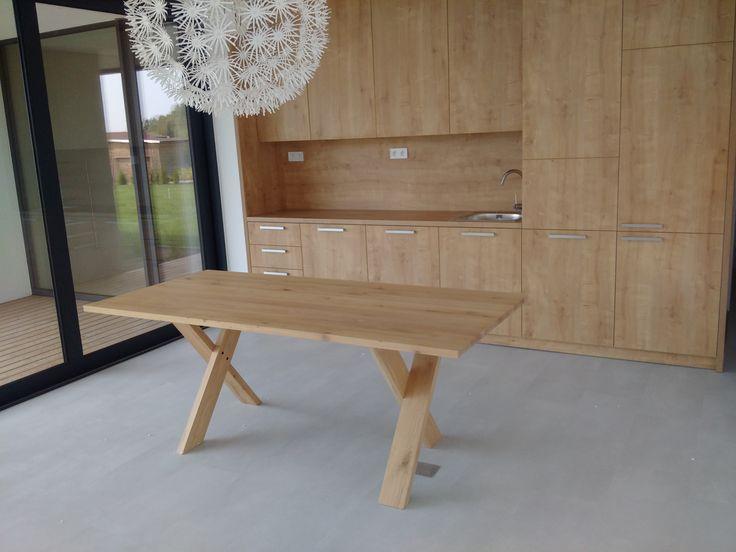 Drevený kuchynský nábytok a linka v modelovom dome v projekte Hubice Dvory #kuchynskeinspiracie #kuchyne #kuchyna #kitchen #drevenakuchyna #hubicedvory  #rodinnedomy #vidieckystyl