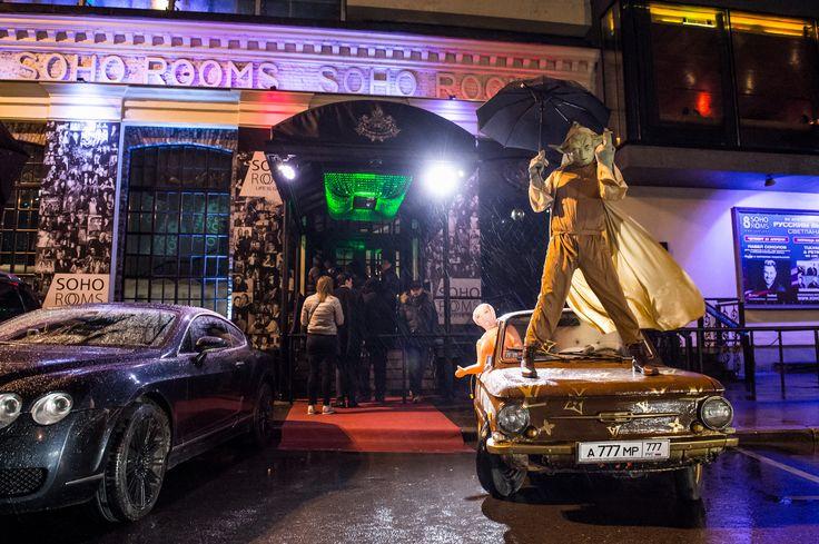 22.04/ SOHO ROOMS / TULYANKIN & PETRIKAS: WE ARE HERE Первая пятница и первая тематическая вечеринка - Запорожец от LOUIS VUITTON, на входе в клуб, на капоте которого расположился мастер Йода, позже разрисованный под гжель Бентли, и это только начало, далее Арт-апокалипсис въехал в Soho на верблюде, прихватив с собой, целую галерею образов в виде тотального глума над мировыми произведениями искусства. Разрыв шаблонов - Why not?! #жремкультуру #противвсех . #вечеринкагода #SOHOROOMS #кичарт…