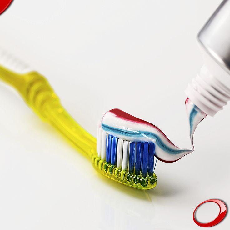 Voici 5 soins pour augmenter la durabilité de vos implants dentaires: - Une bonne hygiène buccale - La répartition équilibrée de la force masticatoire - La qualité de l'os où ils sont placés - Contrôler l'inflammation autour de l'implant - Prévenir l'accumulation de plaque dentaire - Aller chez le dentiste une fois par semaine - Régler la prothèse dentaire pour éviter une surcharge de l'implant - Contrôler l'existence de bruxisme qui pourrait endommager l'implant dentaire