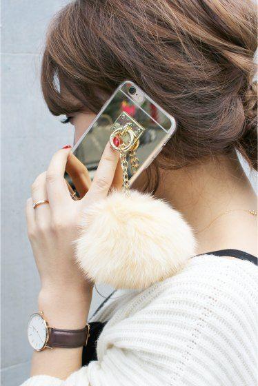 Pom Pom iPhone6/6s case  Pom Pom iPhone6/6s case 2916 2016AW Limitless Luxury 今年大人気のファーチャームが付いたiphoneケースが登場 ボリューム感たっぷりのふわふわのリアルファーが女性心をくすぐります ケースがミラーになっているのも嬉しいポイント ファーは全部で10色展開となっておりますので自分好みの1色をお選びください 店頭及び屋外での撮影画像は光の当たり具合で色味が違って見える場合があります 商品の色味はスタジオ撮影の画像をご参照ください
