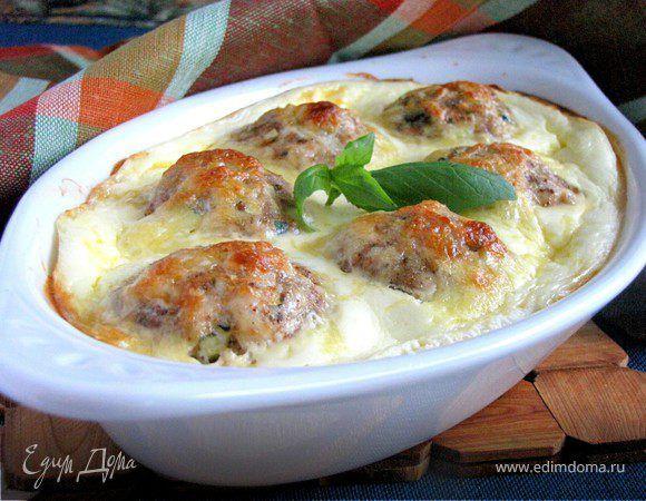 Нежные куриные шарики, запеченные в сливочно-сырном соусе . Ингредиенты: куриное филе, яйца куриные, цукини