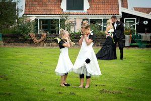 Mooie combinatie: zwart/ivoor. De meisjes durven niet te kijken. Corrie's bruidskindermode heeft de bruidsmeisjesjurken veranderd en een bijpassende bolero erbij gemaakt, zodat dit een mooie combi geworden is.  Trouwen, bruiloft, huwelijk, bruidskinderen, bruidskinderkleding, bruidsjonkers, bruidsjonker, feestkleding voor kinderen, bruidsmeisjes, ringenkussentjes, doopkleding. bruidskindermode.nl