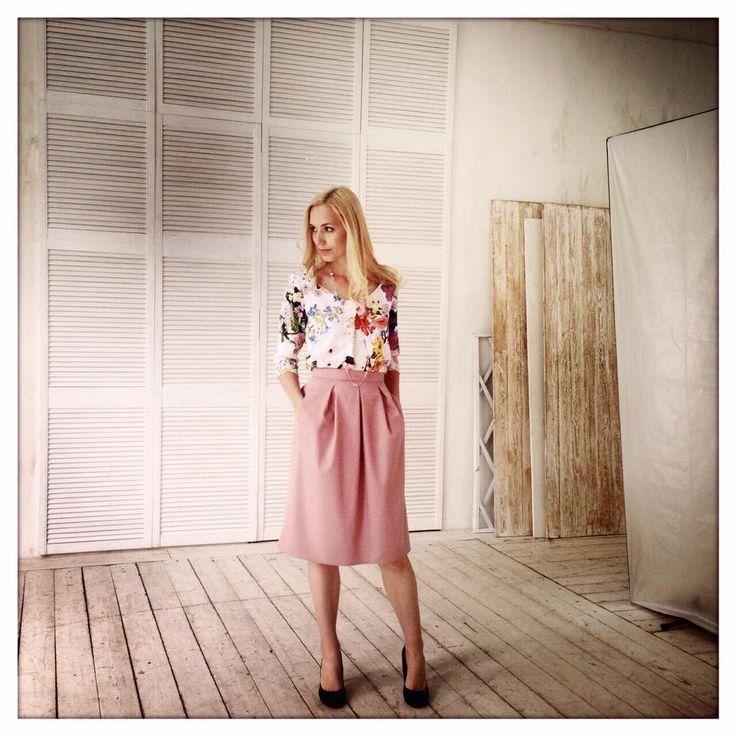 Новинки каждый день! Блуза с фиалками (3900), юбка модель Мишель цвет темная роза (5500). Заказать 89163020222 коррекция длины под Ваш рост бесплатно! #fedorastudio #блузки_юбочки