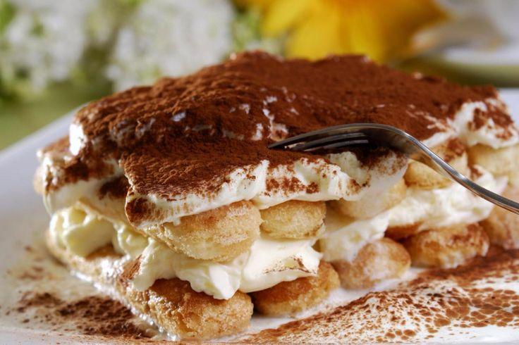 Tiramisu is een klassiek Italiaans dessert met als belangrijkste ingrediënten cacao, mascarpone, koffie en een alcoholische drank, in het oude recept is dit marsalawijn. Een stukje Tiramisu is vaak erg machtig, als je weet dat Tiramisu het toetje wordt dan doe je er goed aan je niet helemaal vol te eten maar nog een plekje in je buik over te laten. Tiramisu kan op veel verschillende manieren gemaakt worden, bijvoorbeeld met speculaas in de sinterklaastijd, of met aardbeien in de zomer.