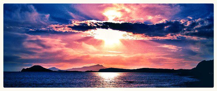 Per me questo è il tramonto più bello da me imprigionato in una immagine , i colori sono reali eccetto un filtro che ha dato la prevalenza del blu. Pozzuoli, Capo Miseno , Ischia , litorale di Bacoli