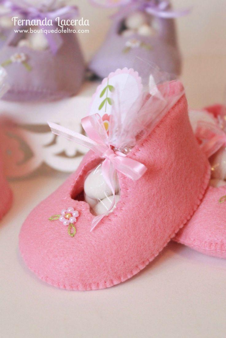 Sapatinhos de bebê para lembrancinha de nascimento em Feltro. Confira tudo sobre o curso na eduK Feltro: Peças decorativas e Lembrancinhas para Bebês