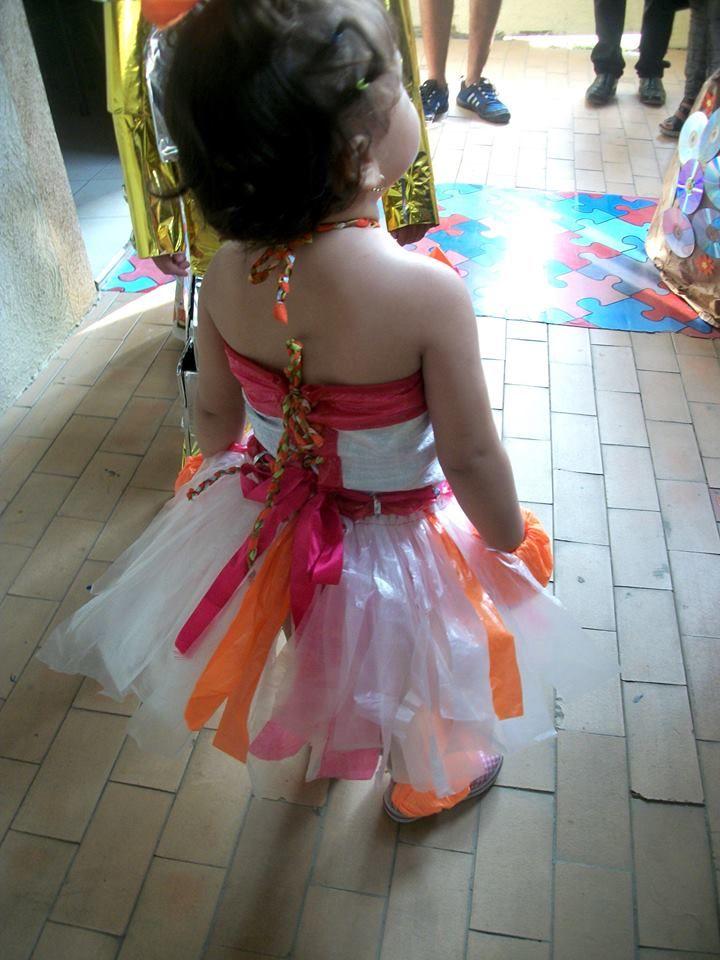 Dress recycled material - Green Vestido en material reciclado. Costal. bolsas plásticas, algunos retazos de cinta y mucho amor :)