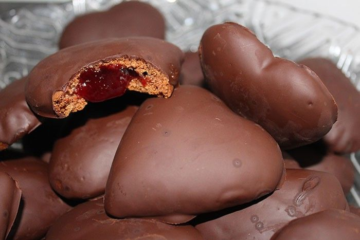 Skvelé plnené perníčky, ktoré určite nebudete piecť len raz. Vo vnútri sa skrýva marmeláda s lekvárom a celé sú preliate kvalitnou čokoládou.