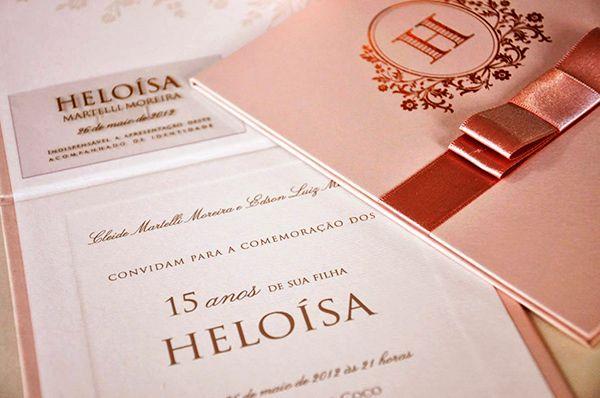 Por ser uma cor versátil efacilmentecombinável, o rosacostuma ser uma escolha frequentena decoração das festas de 15 anos. No caso das mais românticas,