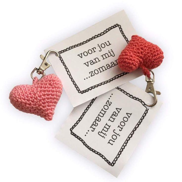 Kijk wat ik gevonden heb op Freubelweb.nl: een gratis haakpatroon van Kreafabriek om deze lieve hartjes te maken voor... iemand die je lief vindt! https://www.freubelweb.nl/freubel-zelf/gratis-haakpatroon-hartje/