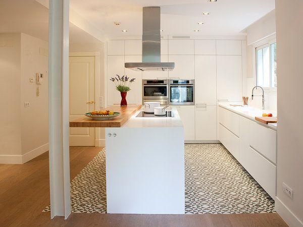 Cocina: mobiliario en L con isla rectangular y barra