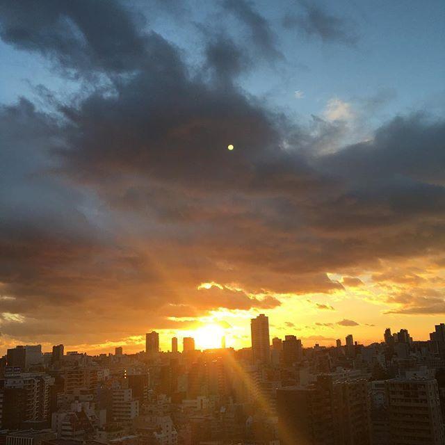 Instagram【hitomi1472】さんの写真をピンしています。 《寒空ですが、太陽が素敵な笑顔を見せてくれました☀️✨ ・ 太陽の光に照らされて、反対側のビルがオレンジ色に染められ とても綺麗でした🌇 ・ 今日もお疲れ様でした😌✨ ・ 素敵な1日をありがとうございました✨ ・ ・ ・ #夕日#太陽#オレンジ色#イマソラ#ファインダー越しの私の世界#カメラ#空#オシャレ#美容#女子会#夢#子供#美意識#夕焼け#可愛い#美味しい#夜景#ランチ#ママ#ディナー#2017年#タワーマンション#年始#東京#大阪#品川#フォロバ #人生#エレガント #自分ご褒美》