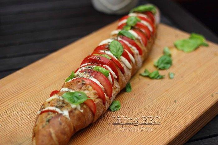 Fächerbaguette Brot mit Tomate Mozzarella und italienischen Kräutern. Ein perfektes Brot zum Grillen. Noch mehr Rezepte gibt es auf www.Spaaz.de