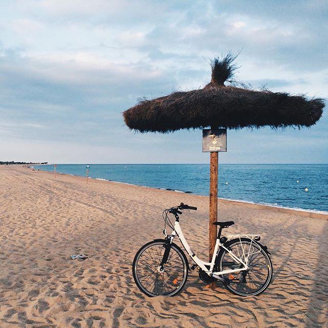 Vrátil bych se tam hned! #necekamziju  #Spain #Barcelona #playa #MalgratDeMar #beach #bicycle #sand #sea #parasol
