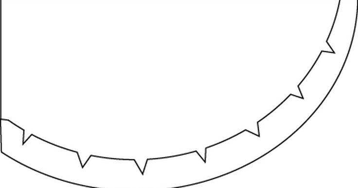Cómo coser un dobladillo curvo. Los dobladillos curvos pueden ser un poco más difíciles de hacer que los rectos, ya que tienes que doblar la tela sobrante. Para hacer dobladillos ligeramente curvados, como los que hay en la parte inferior de muchas faldas, puedes utilizar las mismas técnicas que usarías para uno recto y simplemente hacerlo angosto (aproximadamente 1/4 a 1/2 ...