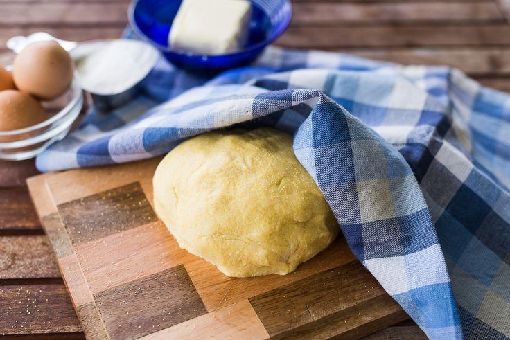 La pasta frolla senza glutine è una preparazione di base per dolci con farina di mais e di riso, da servire a chi segue una dieta priva di glutine.